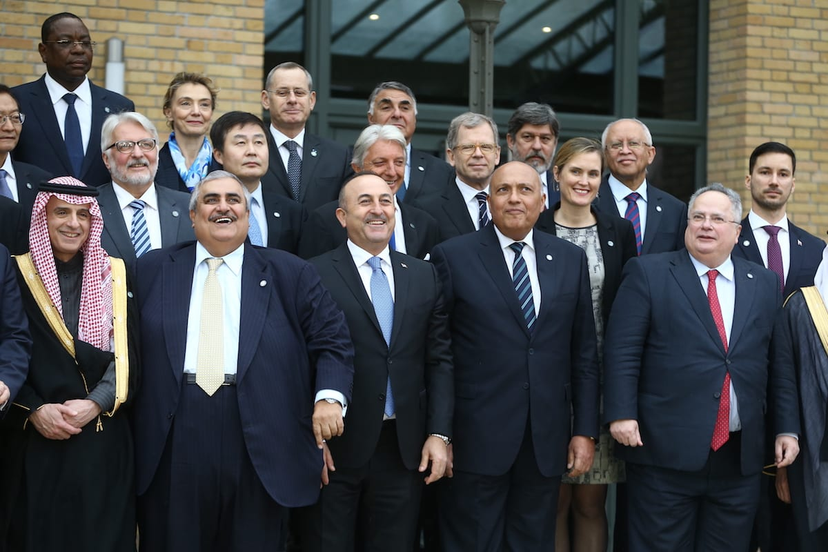 Delegates pose for a photo before the 2nd session of Middle East peace talks about Israel-Palestinian territories' in Paris, France on January 15, 2017 [Cem Özdel / Anadolu Agency]