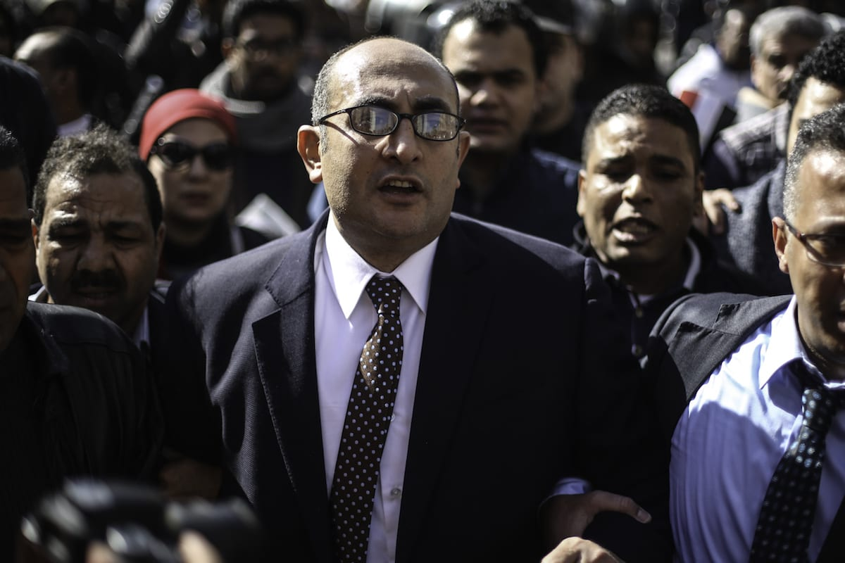 Egyptian lawyer Khaled Ali (C) celebrates amid street crowds after Supreme Administrative Court upheld for final session in the case of two Red Sea islands in Cairo, Egypt on 16 January, 2017 [Mohamed El Raai/Anadolu Agency]