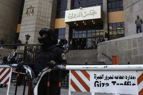 Egyptian security forces take security measures during the final session in the case of two Red Sea islands in front of the Court in Cairo, Egypt on 16 January, 2017 [Mohamed El Raai/Anadolu Agency]