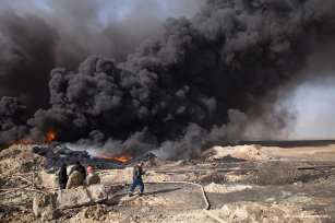 Fires rage in Qayyarah forcing oil to the surface in random areas. Water has been contaminated by the dumping of bodies, waste and oil causing sanitation issues [Ty Faruk/middleeastmonitor.com]