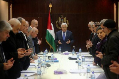 Palestinian President Mahmoud Abbas (C), Palestinian Prime Minister Rami Hamdallah (7th L) and Palestinian chief negotiator, Saab Erikat (6th R) meet with the executive board members of Palestine Liberation Organisation (PLO) in Ramallah, West Bank on February 13, 2017 [Issam Rimawi - Anadolu Agency]