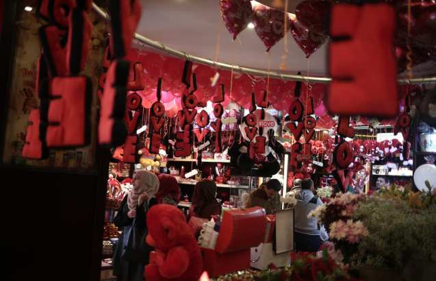 GAZA CITY, GAZA - FEBRUARY 14: Palestinians shop at a souvenir market on Valentine's Day in Gaza City, Gaza on February 14, 2017. ( Ali Jadallah - Anadolu Agency )