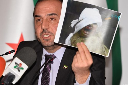 Spokesman for the High Negotiations Committee (HNC) Salim al-Muslat (not seen), Head of opposition committee Nasr Hariri (C) and Homs Front Commander Fatih Hassoun (not seen) hold a press conference after session on the third day the fourth round of the intra-Syrian talks, marking the first time the Syrian regime and opposition delegations have returned to negotiations in Geneva on February 25, 2017 [Mustafa Yalçın / Anadolu Agency]