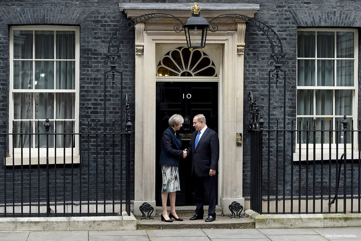 British Prime minister Theresa May (L) and Israeli Prime Minister Benjamin Netanyahu (R) meet in London on February 6 2017 [Kate Green/Anadolu]