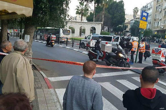 Image of Israeli police and by standers at the scene of an alleged shooting in Israel [palinfo]