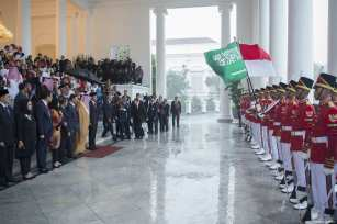 King of Saudi Arabia Salman Bin Abdulaziz Al-Saud arrives at the Presidential Palace in Bogor, Indonesia on 1 March 2017. [Bandar Al-Galoud/ Saudi Kingdom Council]