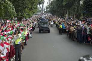 People welcome the King of Saudi Arabia Salman Bin Abdulaziz Al-Saud in Bogor, Indonesia on 1 March 2017. [Bandar Al-Galoud/ Saudi Kingdom Council]