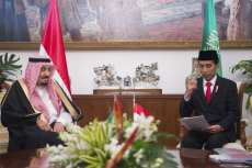 "BOGOR, INDONESIA - MARCH 1: ----EDITORIAL USE ONLY – MANDATORY CREDIT - ""BANDAR ALGALOUD / SAUDI KINGDOM COUNCIL / HANDOUT"" - NO MARKETING NO ADVERTISING CAMPAIGNS - DISTRIBUTED AS A SERVICE TO CLIENTS----) King of Saudi Arabia Salman bin Abdulaziz Al Saud (L) meets with Indonesian President Joko Widodo (R) at the Presidential Palace in Bogor, Indonesia on March 1, 2017. ( Bandar Algaloud / Saudi Kingdom Council / Handout - Anadolu Agency )"