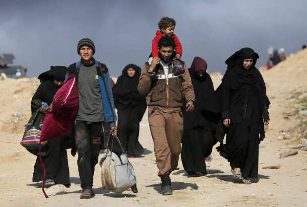 Iraqi civilians flee from clashes between the Iraqi Army and Daesh terrorists, during the operation to retake Iraq's Mosul from Daesh [Yunus Keleş/Anadolu Agency]