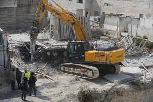 Israeli security forces gather around a construction site as demolition of a home is about to take place in Jerusalem on March 14, 2017. ( Mostafa Alkharouf - Anadolu Agency )