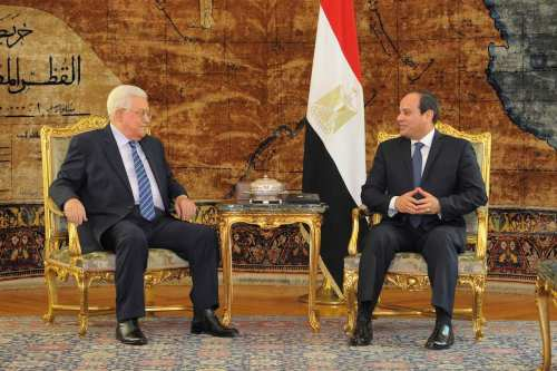 Palestinian President Mahmoud Abbas (L) meets Egyptian President Abdel Fattah el-Sisi (R) at the Heliopolis Palace in Cairo, Egypt on 20 March, 2017 [Egyptian Presidency - Handout/Anadolu Agency]