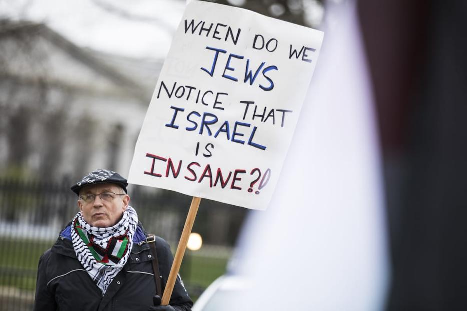 A jewish man carry a sign denouncing Israel during a pro-Palestine rally in front of the White House during the AIPAC conference in Washington, US on March 26, 2017. ( Samuel Corum - Anadolu Agency )