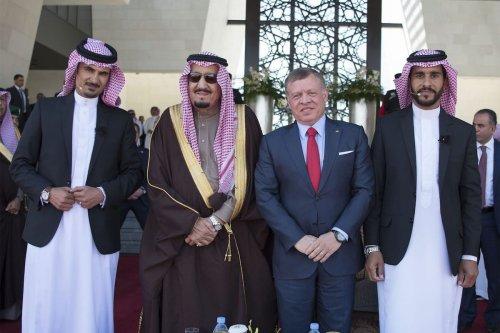 Saudi Arabia's King Salman bin Abdulaziz Al Saud (L-2) is welcomed by King Abdullah II (R-2) during the welcoming ceremony in Amman, Jordan on March 28, 201 (Bandar Algaloud / Saudi Kingdom Council / Handout - Anadolu Agency )