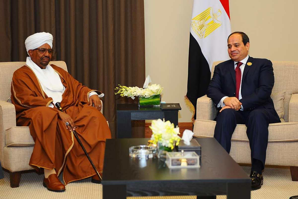 Sudanese President Omar al-Bashir (L) meets Egyptian President Abdel Fattah el-Sisi (R) in Amman, Jordan on 29 March 2017. (Egyptian Presidency / Handout - Anadolu Agency )