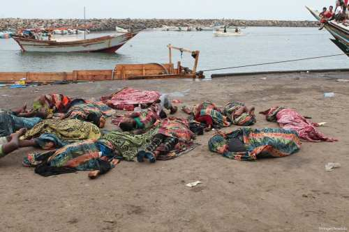 Dead bodies lay on the coast after airstrike hit a boat carrying Somali migrants who were heading to Sudan on 17 March 2017 in Yemen [Stringer/Anadolu]