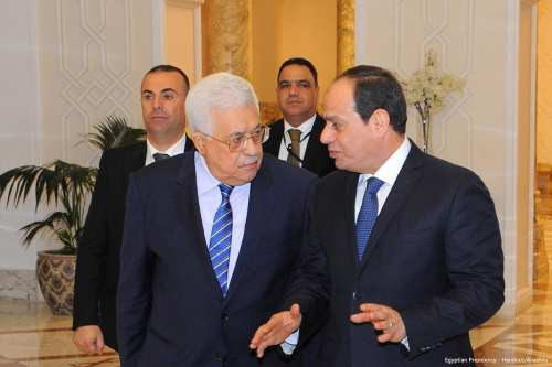 Palestinian President Mahmoud Abbas (L) meets Egyptian President Abdel Fattah el-Sisi (R) at the Heliopolis Palace in Cairo, Egypt on 20 March 2017 [Egyptian Presidency/Anadolu]]