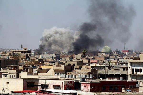 Smoke rises over the city during clashes between Iraqi forces and Daesh militants, in Mosul, Iraq March 25, 2017 [REUTERS/Khalid al Mousily]