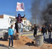 Protesters close oil pump in southern Tunisia