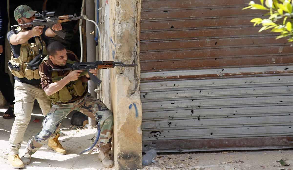 Fatah militants are seen as clashes between members of Fatah and Bilal Badr continues at the Ain al-Hilweh refugee camp in Lebanon on April 11, 2017 [Furkan Güldemir / Anadolu Agency]