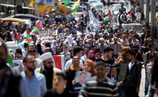 Hundreds of Palestinians protest for the release of Palestinian prisoners in Israeli jails in Bethlehem, West Bank on April 17, 2017 [Mamoun Wazwaz/Anadolu Agency]