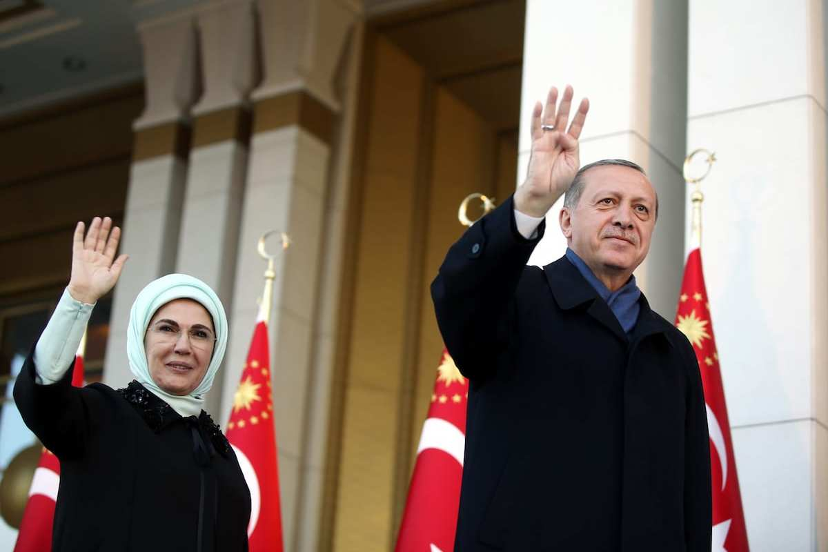 Turkish President Recep Tayyip Erdogan (R) and his wife Emine Erdogan (L) greet the crowd after the results of the referendum at the Presidential Complex in Ankara, Turkey on April 17, 2017 [Turkish Presidency / Yasin Bulbul - Anadolu Agency]