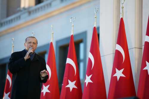 Turkish President Recep Tayyip Erdogan addresses the crowd in Ankara, Turkey on 17 April, 2017 [Yasin Bulbul/Anadolu Agency]