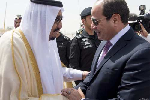 Egyptian President Abdel Fattah al-Sisi (R) is welcomed by Saudi Arabia's King Salman bin Abdulaziz Al Saud (L) with an official ceremony in Riyadh, Saudi Arabia on 23 April, 2017 [Bandar Algaloud / Saudi Kingdom Council / Handout]