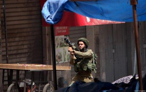 Israeli Security Forces intervene a demonstration in support of Palestinian prisoners in Israeli jails, in Hebron, West Bank on April 27, 2017. ( Mamoun Wazwaz - Anadolu Agency )
