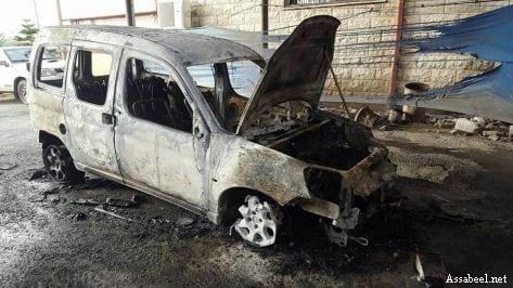 Settlers burn a Palestinian vehicle near Nablus on April 26, 2017 [Assabeel.net]