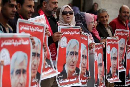 Protesters take part in a rally in support of Palestinian prisoners on hunger strike in Israeli jails on 17 April 2017 [Ashraf Amra/Apaimages]