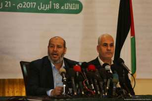 Image of Dr Khalil al-Hayyah (L) during his news conference on 18 April 2017 [Mohammed Asad/Middle East Monitor]