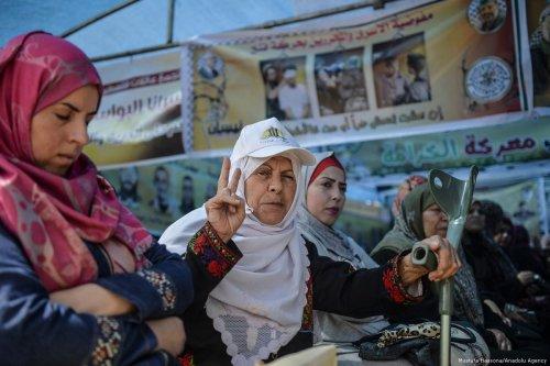 Protesters demonstrate in support of Palestinian hunger striking prisoners in Israeli jails in Gaza on 27 April 2017 [Mustafa Hassona/Anadolu Agency]