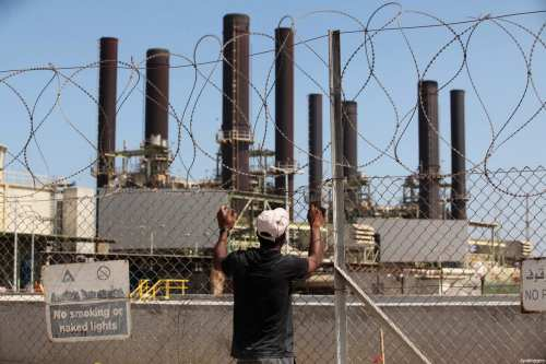 A Palestinian man watches the Gaza's power station in the central Gaza Strip, July 29, 2015 [Ashraf Amra / ApaImages]