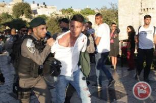 Israeli forces arrest a Palestinian in Jerusalem at a protest showing solidarity with the 1,500 Palestinian prisoners on hunger strike in Israeli prisons, April 30, 2017 [Ma'an News]
