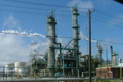 Image of an oil refinery plant ]TheKurgan/Wikipedia ]