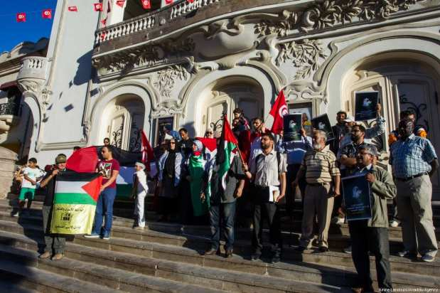 A demonstration is held in Tunis, Tunisia, in solidarity with Palestinian prisoners on hunger strike in Israeli jails on 16 May 2017. [Amine Landoulsi/Anadolu Agency]