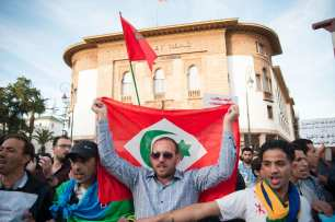 Moroccans protest outside the parliament building in Rabat, Morocco on May 18, 2017 [Jalal Morchidi/Anadolu Agency]