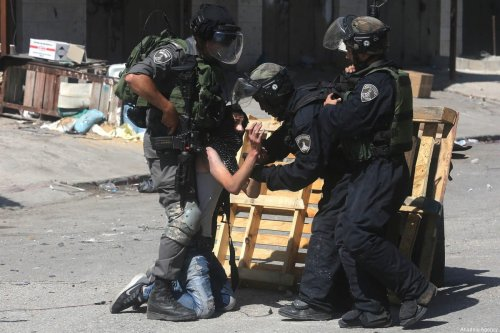 Israeli security forces detain a Palestinian man in Ramallah, West Bank on 19 May 2017 [Issam Rimawi/Anadolu Agency]