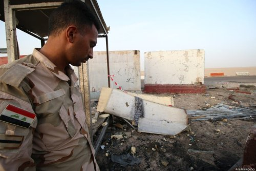 A security officer inspects a checkpoint after twin bombs rocked Basra, Iraq on 20 May 2017. ( Haider el-Esadi - Anadolu Agency )
