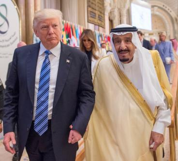 US President Donald Trump (L) and Saudi Arabia's King Salman bin Abdulaziz Al Saud (R) attend the Arabic Islamic American Summit in Riyadh, Saudi Arabia on May 21, 2017 [Bandar Algaloud / Saudi Kingdom Council / Handout/Anadolu Agency]