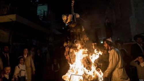 Ultra-Orthodox Jews in Jerusalem burning an effigy of a soldier of the Israel Defence Forces on 13 May, 2017 [Twitter]
