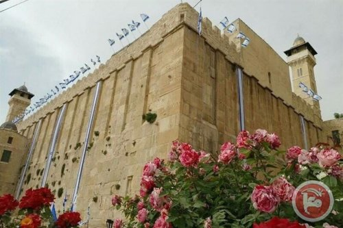 Settlers fly Israeli flag over Hebron's Ibrahimi Mosque on 2 April 2017 [Ma'an News]