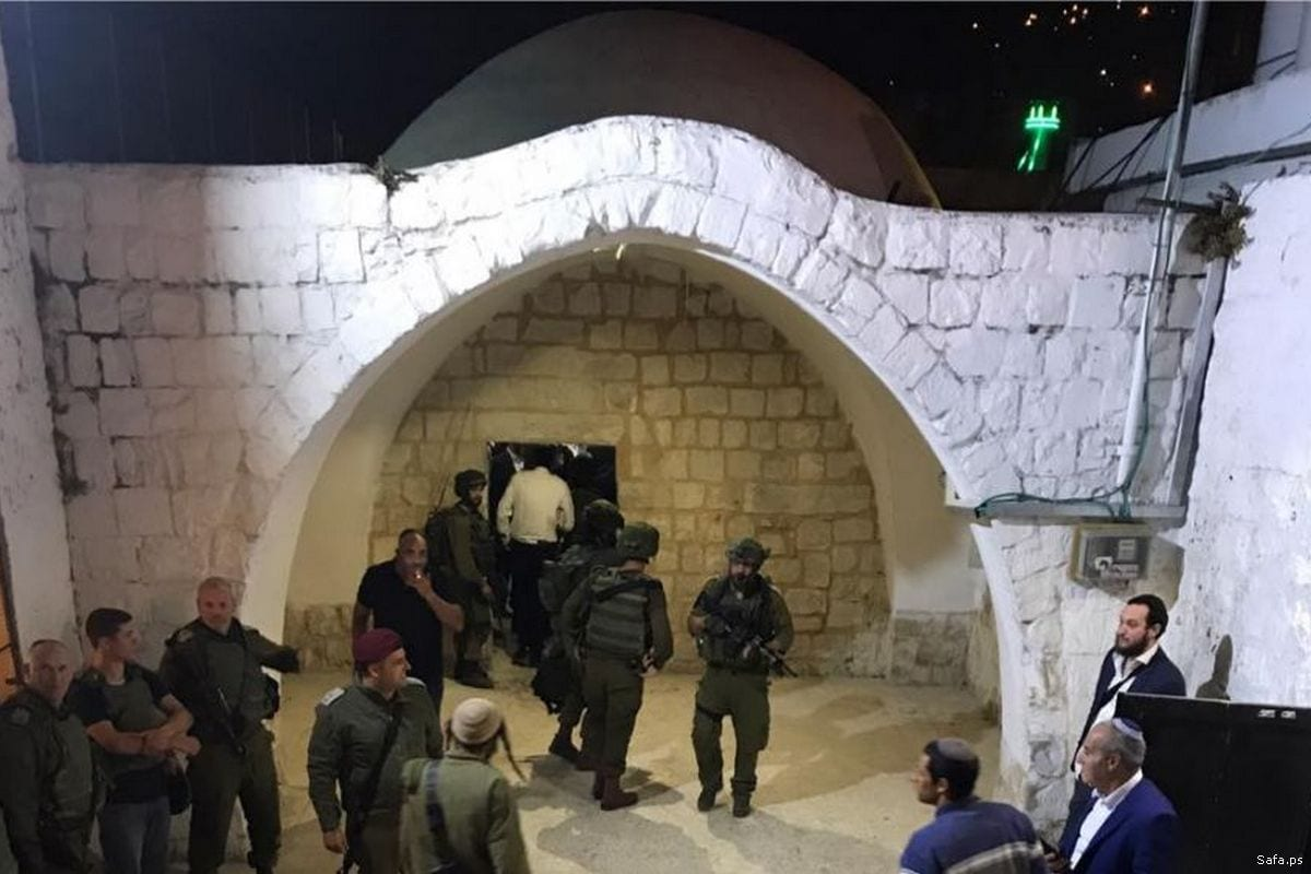 More than 4,000 Israelis stormed Joseph's Tomb in occupied Nablus, West Bank, under the protection of Israeli forces on 22 May 2017 [Safa.ps]