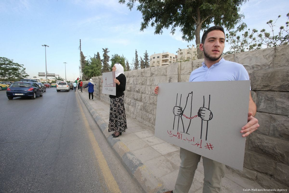 Protesters gather in support of hunger striker Palestinian prisoners held in Israeli jails on May 22, 2017 [Salah Malkawi/Anadolu Agency]