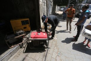 Drivers in Gaza have difficultly driving due to the electricity crisis in Gaza, Hospitals and patients are effected by the electricity crisis in Gaza [Mohammed Asad/Middle East Monitor]