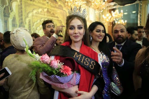 Viyan Amir (C) is seen as she receives the title of the 'Miss Iraq 2017' during Miss Iraq Beauty Contest in Baghdad, Iraq on May 25, 2017 [Haydar Hadi/Anadolu Agency]