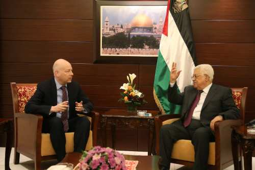 US President Donald Trump's Assistant and Special Representative for International Negotiations, Jason Greenblatt (L) and Palestinian President Mahmoud Abbas (R) meet in Ramallah, West Bank on May 25, 2017 [Issam Rimawi/Anadolu Agency]