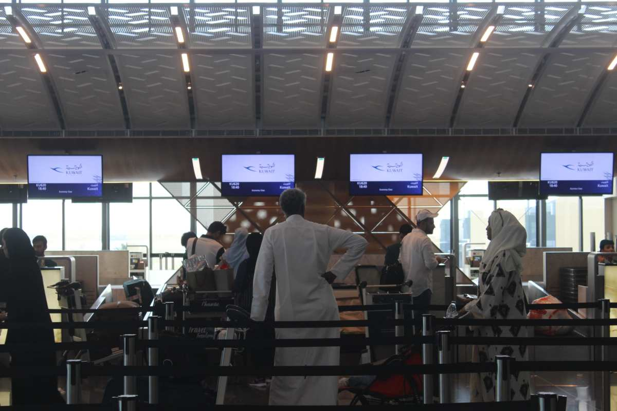 People queue for flight details during a land, sea and air blockade on Qatar applied by the GCC countries, at Hamad International Airport in Doha, Qatar on 12 June 2017 [Ahmed Youssef Elsayed Abdelrehim/Anadolu Agency]