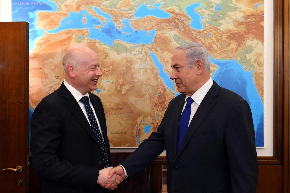 Israel's Prime Minister Benjamin Netanyahu (R) meets with US President's envoy to the Middle East Jason Greenblatt (L) in Jerusalem on 21 June 2017 [Handout / Amos Ben Gershom / GPO]