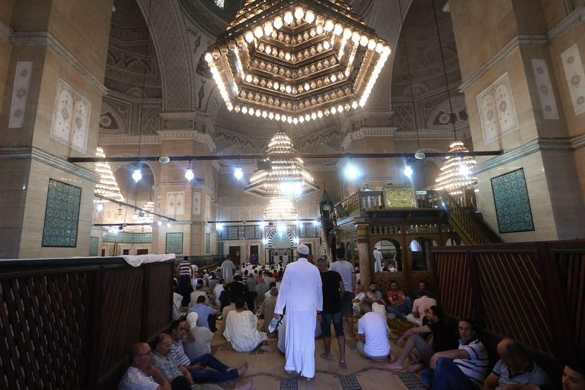 Muslims gather at Sidi Mahrez Mosque in Tunis, Tunisia on 25 June 2017 [Yassine Gaidi/Anadolu Agency]